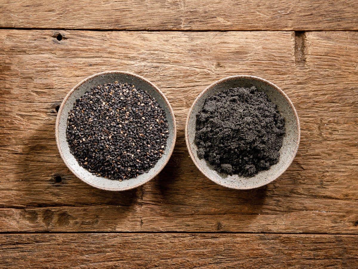 그릇에 담은흑임자와 흑임자가루