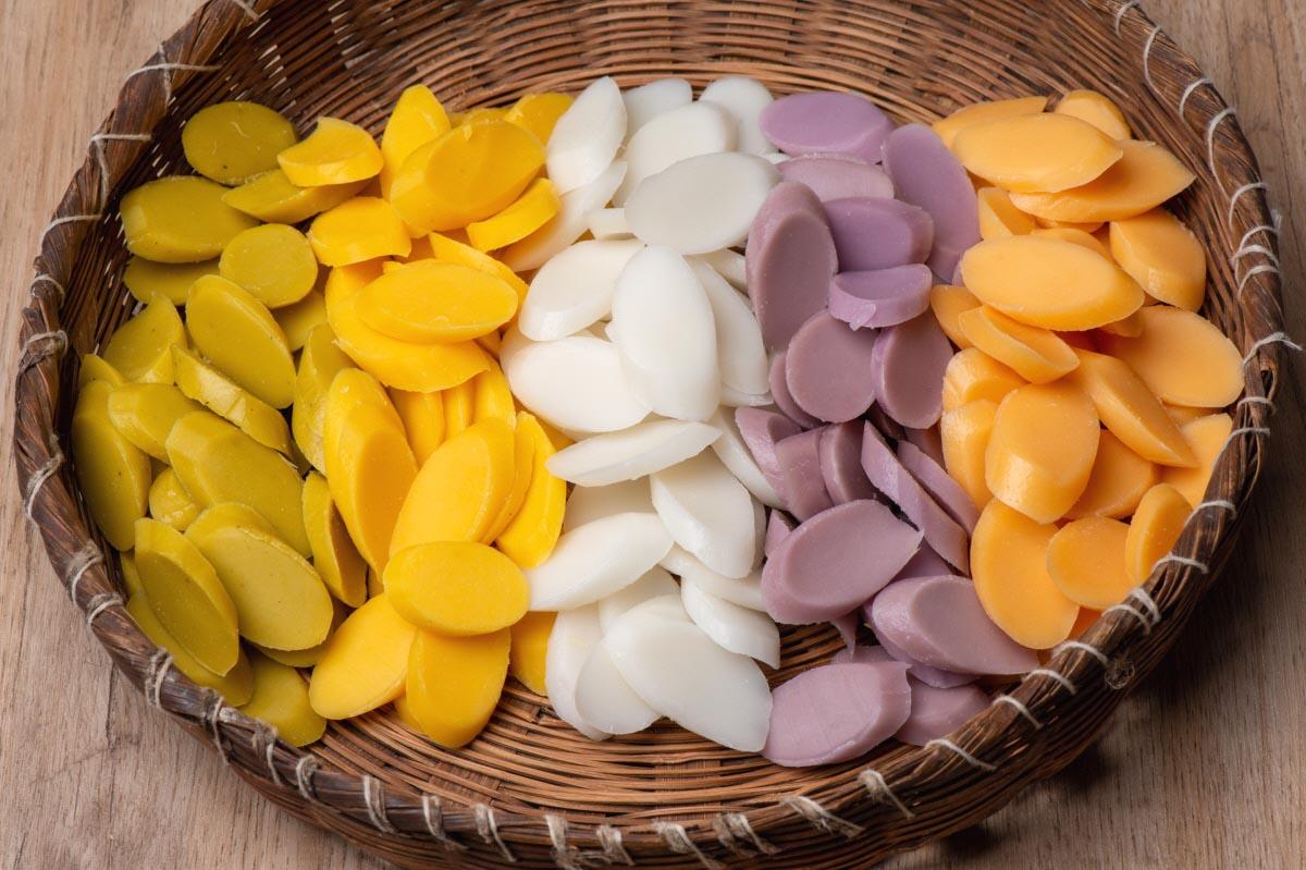 오색떡국떡 끓여 그릇에 담은 사진