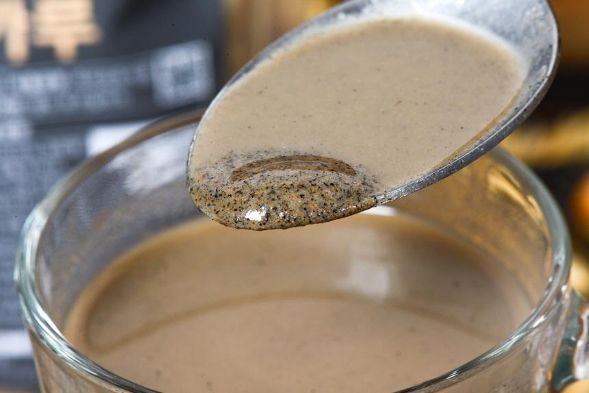 검은곡식미숫가루를 우유에 타서 유리잔에 담은 모습