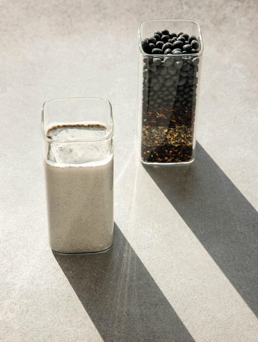 흑임자 등 5가지 재료와 미숫가루 음료 사진