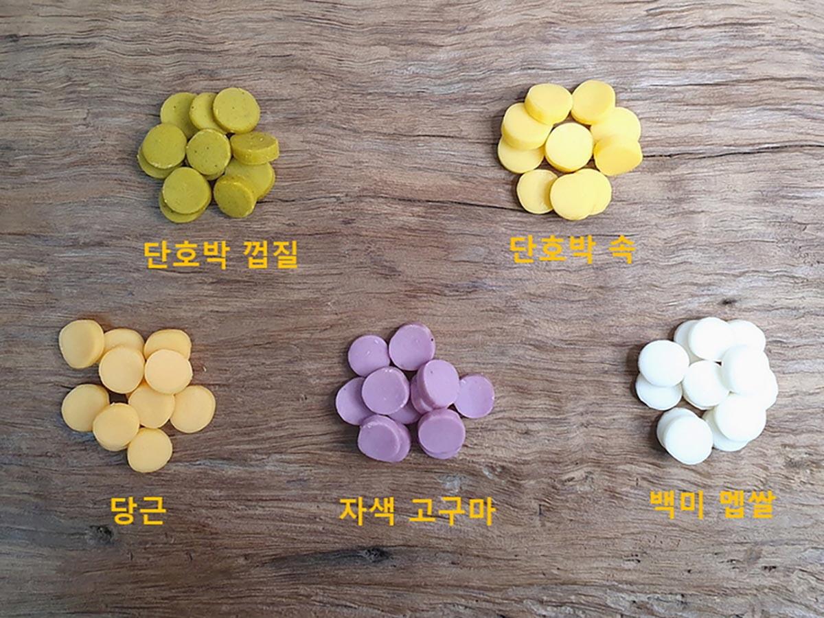 떡국떡을 색별로 나누어 찍은 사진
