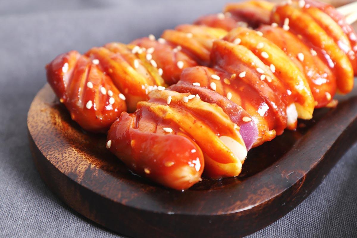 오색떡국떡을 소떡소떡으로 요리한 사진
