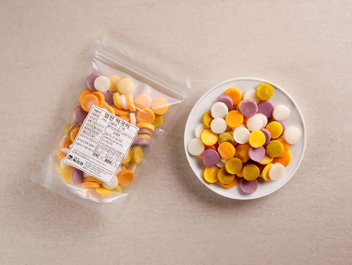 오색떡국떡 포장팩과 접시위의 오색떡국
