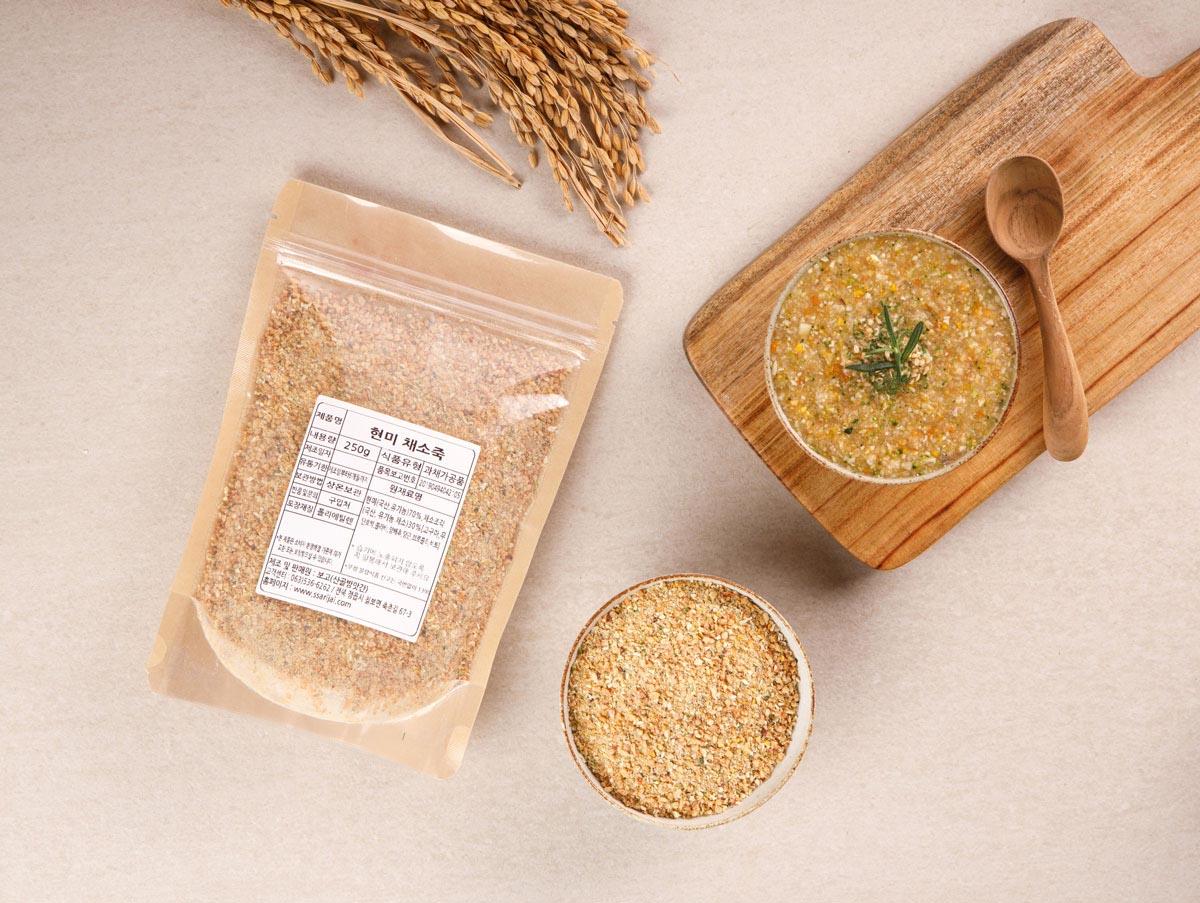 고즈넉한 나무그릇에 맛있게 끓인 현미채소죽과 포장된 현미 채소죽 사진