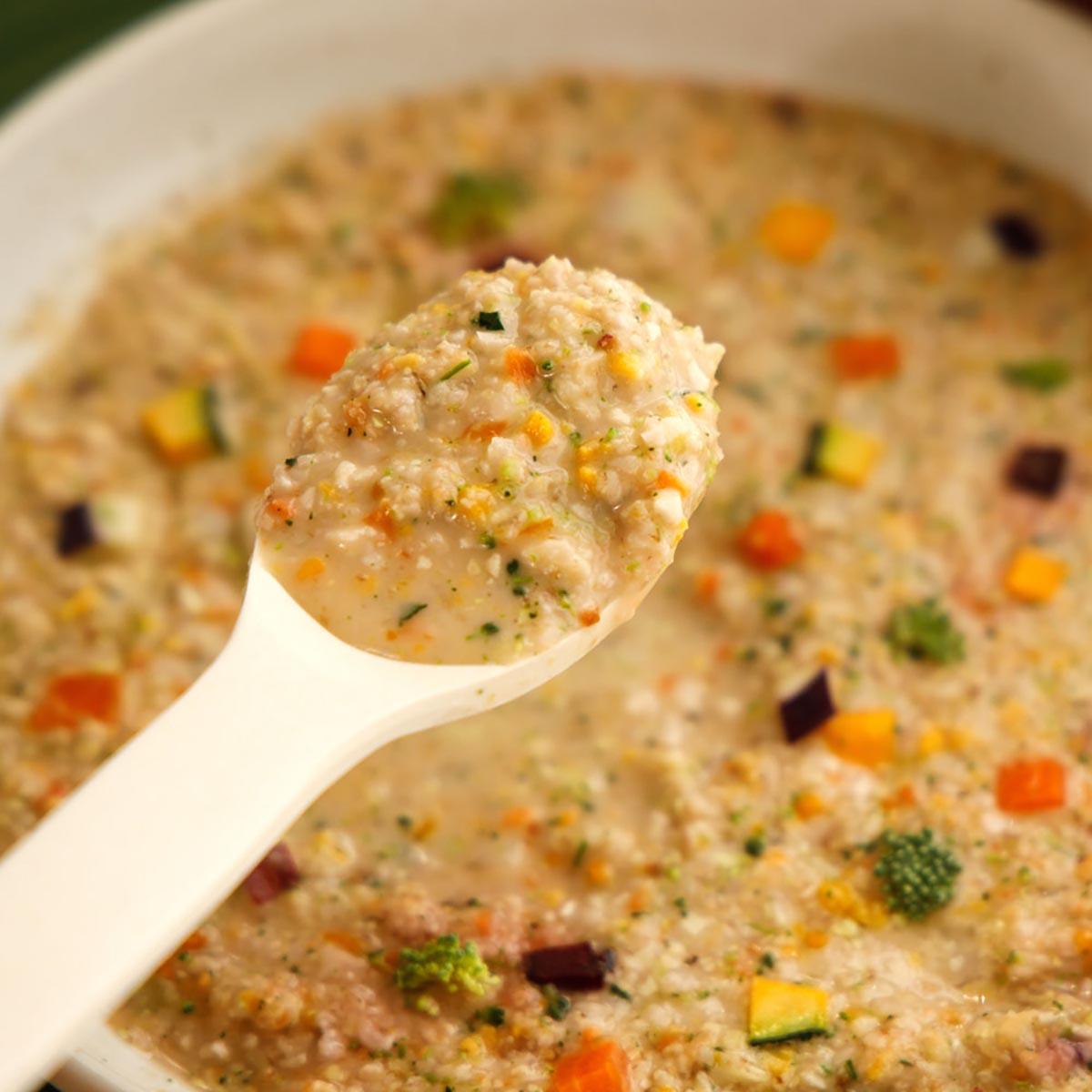 맛있게 끓인 현미채소죽을 숫가락으로 한스푼 뜬 사진