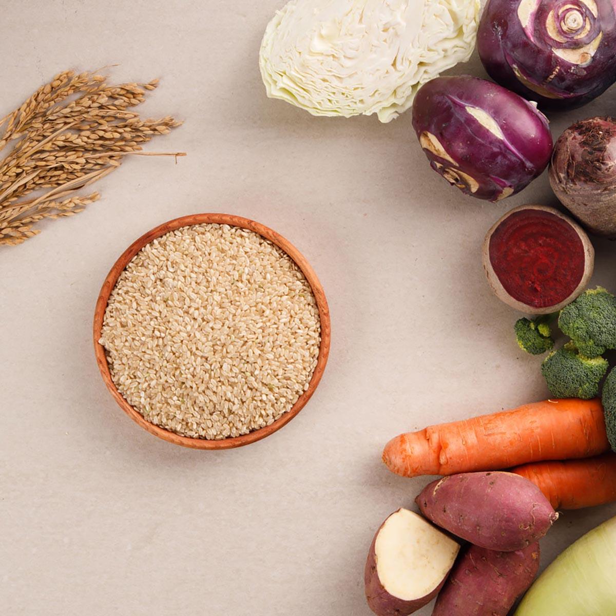 알록달록한 각종 채소들이 주변을 감싸고 가운데 가지런히 진열된 현미채소죽 사진
